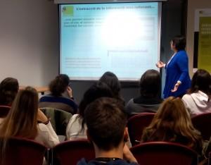 Beatriz Giraldo explicant la seva recerca