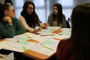 Alumnes participant al decide game. Autor: IBEC
