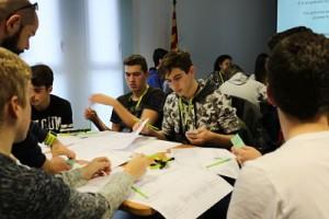 Alumnes debatint durant el decide game. Autor: IBEC