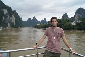 Jesús Ordoño durant el viatge en vaixell de Guilin a Yangshuo pel riu Li.  Fotografía cedida per l'investigador,