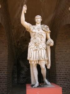 Estatua de Marco Ulpio Trajano en Xanten, Alemania. Fuente: Wikipedia con licencia creative commons
